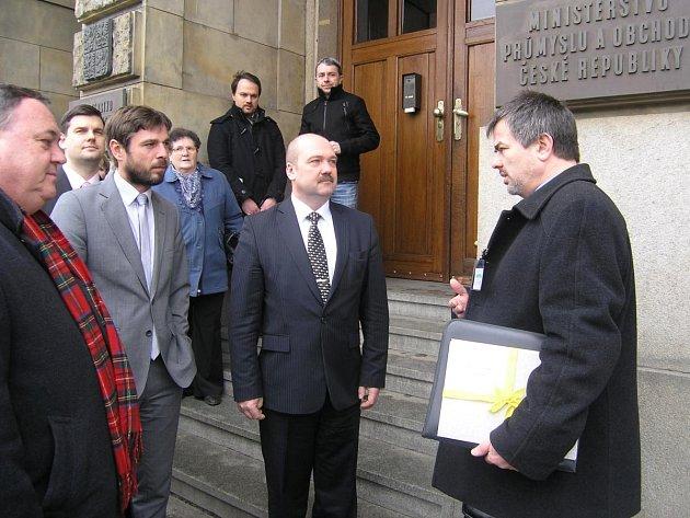 PŘEDÁNÍ VÝZVY. Na snímku jsou zleva senátor Jan Látka, zástupci ministerstva průmyslu a obchodu Pavel Gebauer  a Pavel Šolc a starosta Horažďovic Karel Zrůbek.