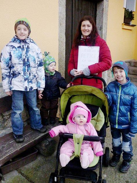 Zuzana Hrabá, která má čtyři malé děti, petici sepsala, starala se ověci kolem ní a po ukončení podepisování vše spočítala a odnesla ji na Městský úřad vSušici.
