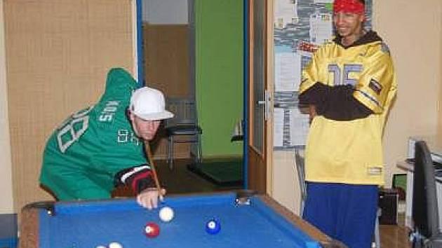 """Do Chapadla si mládež může zajít například i """"jen tak"""" zahrát kulečník. Na snímku Lukáš Seidl (vlevo) a Lukáš Duda, kteří tento klub navštěvují už od jeho vzniku."""