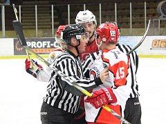 Druholigový hokejový zápas HC Klatovy – HC Medvědi Pelhřimov vyhráli domácí 5:4.