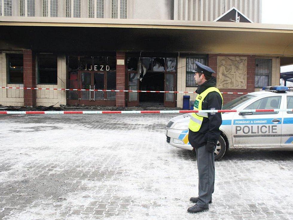 Na klatovském nádraží shořel novinový stánek