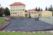 U gymnázia v Klatovech bude nové hřiště.