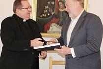V Klatovech podepsali smlouvu k opravě jezuitského kostela.