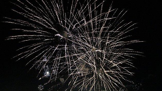 Vítání nového roku v Klatovech zpestřil velký ohňostroj a koncert skupiny Hodiny