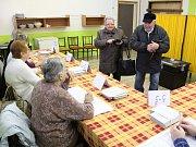 Začátek prvního kola prezidentských voleb v Klatovech, okrsek č. 5, tělocvična na Vodojemu