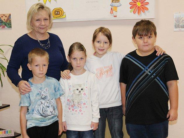 Žáci první třídy ze ZŠ Zavlekov střídní učitelkou Evou Rohrbacherovou.