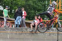 Borci na kolech skákali ve Strážově z bazénu až mezi diváky