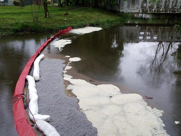 Nafta z kamionu vytekla do Mochtínského potoka.