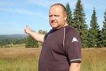 Šumavský rodák Jaroslav Rendl ukazuje uschlou Šumavu.