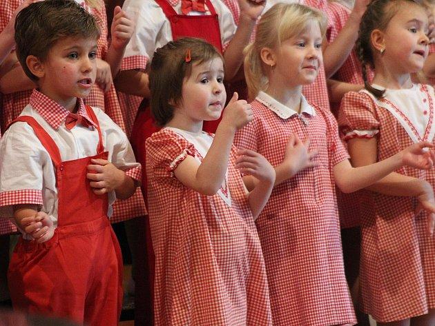 Broučci na vánočním koncertu ve Smetanově sále.