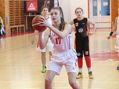 Zápas basketbalového turnaje Easter Cup v Klatovech kategorie U12 dívky BK Klatovy (bílé) - Sokol Nusle.