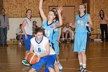 Mezi dvanácti nejlepšími středoškolskými basketbalovými týmy nechyběli ani děvčat a chlapci z klatovského gymnázia (bílé dresy)