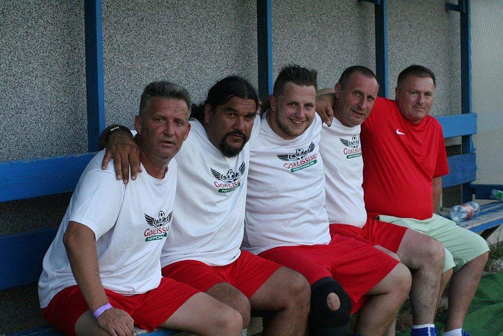 Miroslav Rambousek se svými fotbalovými přáteli.