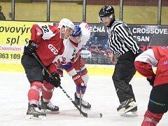 Zápas 2. ligy, skupiny Střed, HC Klatovy (červení) - NED Hockey Nymburk vyhráli domácí po nájezdech.