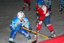 Nejmladší  hokejové naděje HC Klatovy (červené dresy) podlehly v utkání minihokejového  přeboru Plzeňského a Karlovarského kraje 2. tříd na domácím ledě Chebu 3:7.