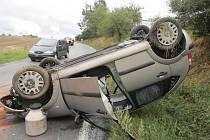 Ve středu otočila řidička u Hrádku auto na střechu.