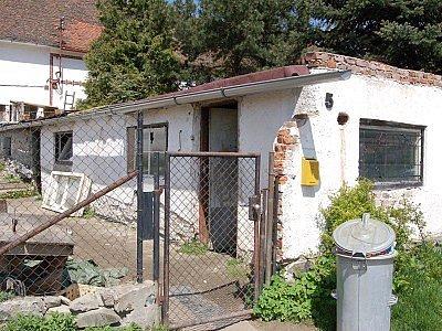 Objekt, kde nyní bydlí Červeňákovi, byl rájem pedofilů.