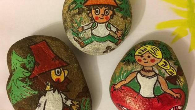 Malované kamínky od členek skupiny.