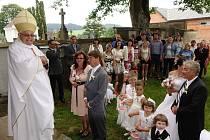 Kardinál Miroslav Vlk v loňském roce oddával v kostele v Čachrově.