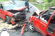 Přímo u křížku, který stojí nedaleko Běšin na památku pěti obětí tragické nehody, se v sobotu 10.10.odpoledne čelně srazil Peugeot 306 se Škodou Felicia.