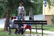 Lidé ze sídliště Pod Koníčky si stěžují, že nepřizpůsobivá mládež mimo jiné posedává na opěrátkách nových laviček.
