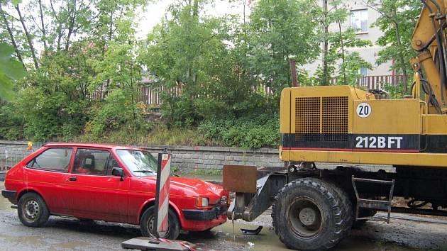 Za první pololetí způsobili řidiči na Klatovsku pod vlivem alkoholu tři desítky nehod, při kterých sice nikdo nezahynul, ale dvacet lidí bylo zraněno. Ani poté se ale motoristé nepoučili, takto boural v červenci pod vlivem alkoholu muž z Klatov u parku.
