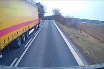 Záběry kamery v předjížděném kamionu.