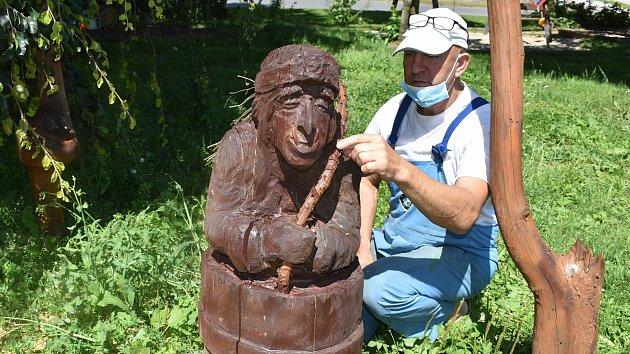 Sergej Blaginin a některé z jeho soch vyřezaných motorovkou