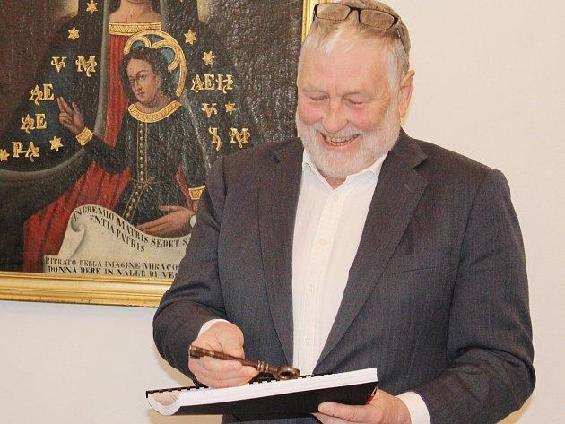 VKlatovech podepsali smlouvu kopravě jezuitského kostela.
