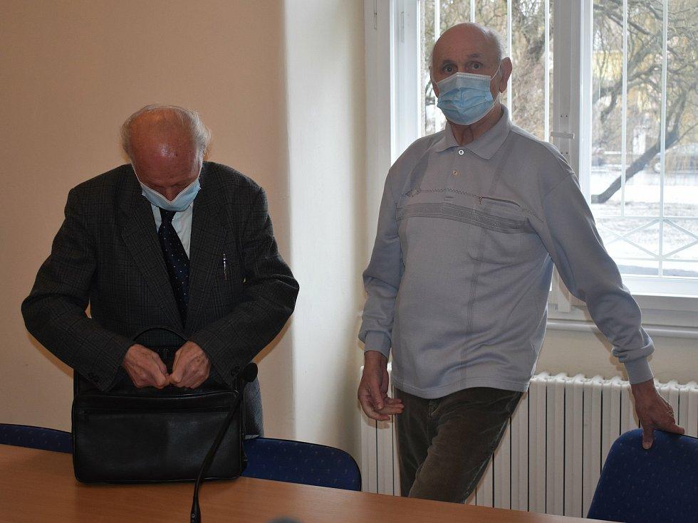 Obžalovaný Václav Krbec (vpravo) s advokátem u klatovského soudu.