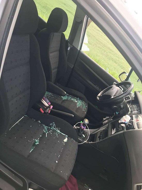 Peugeot, který ženě ze Strakonicka poškodil u Velkého Boru muž z Plzně.