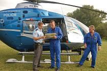 Pilot vrtulníku se radí v Hrádku u Sušice s policistou, kde pátrat po ztraceném muži z Odolenova.