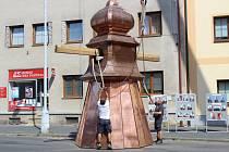 Instalace nové věžičky na městský úřad v Nýrsku.