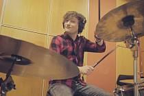 Pavel Bošek při nahrávání ve studiu.