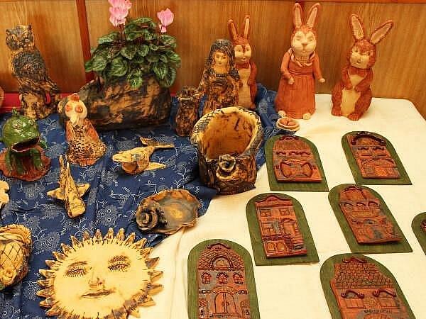 U příležitosti odhalení sochy sv. Jana Nepomuckého se v bolešinském kulturním domě konala výstava prací tamního keramického kroužku
