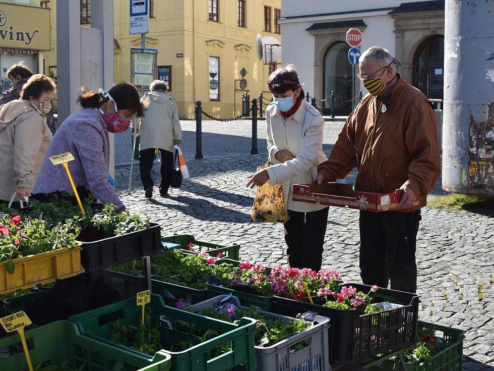 Farmářské trhy na klatovském náměstí lákaly, nakoupit si přišla řada zákazníků.