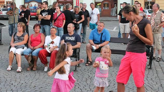 Na klatovském náměstí vystoupila plzeňská kapela Maelström.