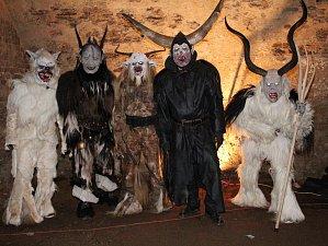 Krampusáci ve sklepení zámku v Chudenicích.