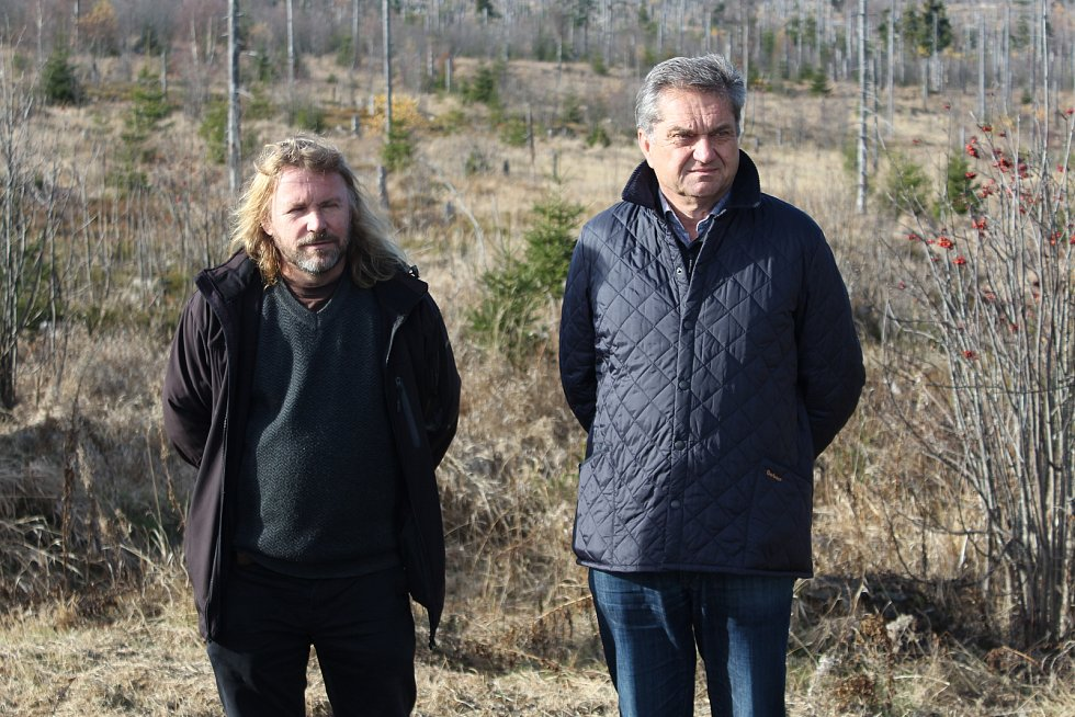 Ředitelé národních parků Šumava a Bavorský les Pavel Hubený (vlevo) a Franz Leibl představili výsledky výzkumu populace tetřeva.