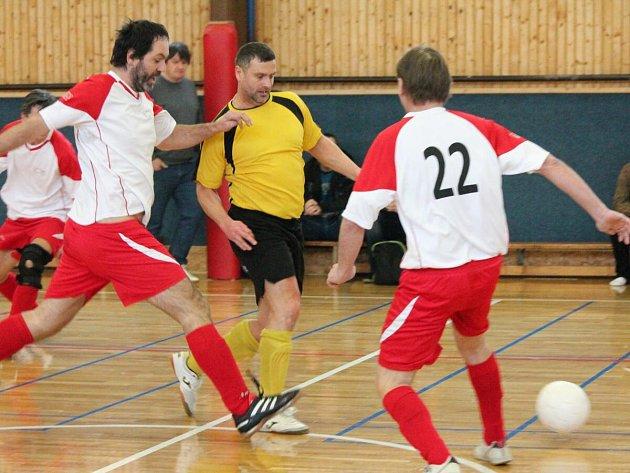 Zimní amatérská liga: Draci Klatovy (bíločervené dresy) - FC BS Stars Klatovy 4:4