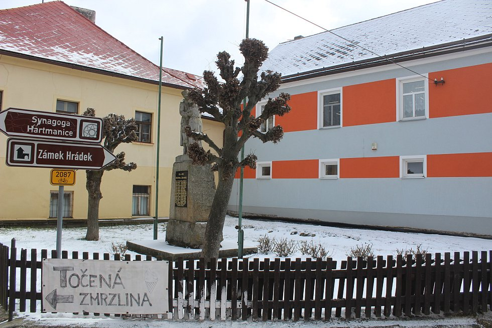 Prostranství před městským úřadem a mateřská škola v Hartmanicích.
