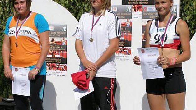 Veronika Fialová (vpravo) si z mistrovství odvezla bronz ve vrhu koulí.