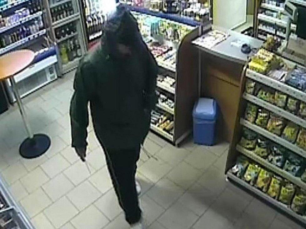 Policie pátrá po maskovaném ozbrojeném lupiči, který přepadl benzinku v Hartmanicích