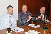 Zasedání zastupitelstva v kulturním domě Klatovy. Zleva místostarosta Jiří Štancl, starosta Klatov Rudolf Salvetr, místostarosta Václav Chroust.