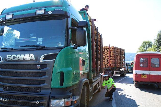 Náraz nákladního vozu s dřevem do viaduktu v Běšinech.