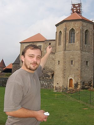 Kastelán Lukáš Bojčuk ukazuje místo, kde byla nalezena schránka.