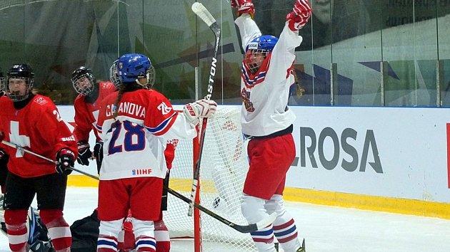 Veronika Lorencová (vpravo) snížila v úvodním zápase českého týmu na MS U18 proti Švýcarkám na 1:2 a zavelela k obratu ve skóre.