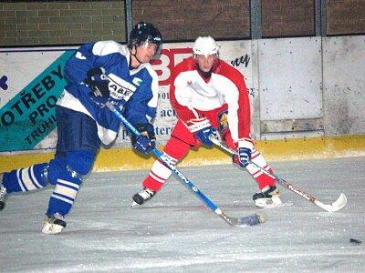 V souboji o první místo v tabulce okresního přeboru mužů Bohemia Lion Cup na klatovském ledě porazili hokejisté TJ Sušice (modré dresy) Start VD Luby  4:3