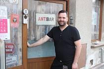 Jan Antal při otevírání svého baru v Klatovech.
