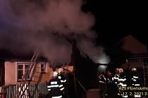 Hasiči zasahovali ve středu po půlnoci u požáru rodinného domu v Domažlické ulici v Nýrsku.